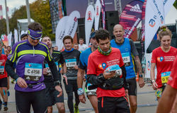 2016年 09 25 :IV莫斯科马拉松 运动员完成马拉松距离 免版税库存照片