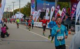 2016年 09 25 :IV莫斯科马拉松 运动员完成马拉松距离 库存照片