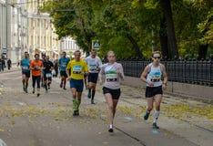 2016年 09 25 :IV莫斯科马拉松 马拉松路线的第24 km 库存图片