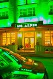 :Mc Alpin照亮了旅馆、汽车反射和餐馆 免版税图库摄影