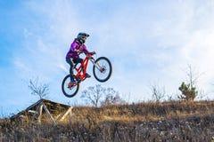 ?yclist从一个高跳板、天空和自由空间跳跃您的文本的 免版税库存图片