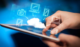 Δάχτυλο που δείχνει στο PC ταμπλετών, κινητή έννοια σύννεφων Στοκ Εικόνες