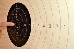 Δάχτυλο που δείχνει bullseye Στοκ Φωτογραφίες