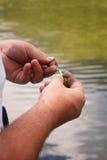 Δένοντας θέλγητρο αλιείας Στοκ Φωτογραφία