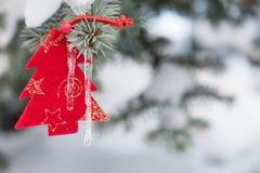 Δέντρο έλατου παιχνιδιών στους κλάδους Στοκ εικόνες με δικαίωμα ελεύθερης χρήσης