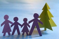 Δέντρο και οικογένεια εγγράφου Χριστουγέννων Στοκ Φωτογραφίες