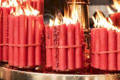 Δέσμες των κόκκινων κεριών προσευχής Στοκ φωτογραφία με δικαίωμα ελεύθερης χρήσης