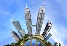 Δίδυμοι πύργοι Petronas με τη μικρή επίδραση πλανητών Στοκ Φωτογραφίες