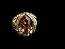 Δαχτυλίδι σε μια μαύρη ανασκόπηση Στοκ εικόνα με δικαίωμα ελεύθερης χρήσης