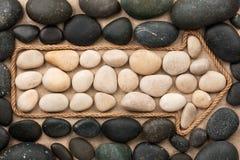 Δείκτης φιαγμένος από σχοινί με τις άσπρες και μαύρες πέτρες Στοκ φωτογραφία με δικαίωμα ελεύθερης χρήσης