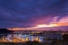 Δεξαμενή πετρελαίου στη στιγμή ηλιοβασιλέματος Στοκ Φωτογραφίες