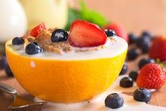 Δημητριακά με τα φρούτα και το γάλα Στοκ εικόνα με δικαίωμα ελεύθερης χρήσης