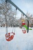 Δημόσιο πάρκο με την ταλάντευση χιονώδη Στοκ φωτογραφία με δικαίωμα ελεύθερης χρήσης