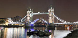 Διάσημη γέφυρα πύργων το βράδυ, Λονδίνο Στοκ εικόνες με δικαίωμα ελεύθερης χρήσης