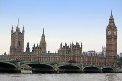 Διάσημη και όμορφη άποψη σε Big Ben και τα σπίτια των WI του Κοινοβουλίου Στοκ Εικόνα