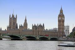 Διάσημη και όμορφη άποψη σε Big Ben και τα σπίτια των WI του Κοινοβουλίου Στοκ Εικόνες