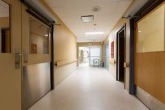 Διάδρομος στο νοσοκομείο Στοκ εικόνα με δικαίωμα ελεύθερης χρήσης