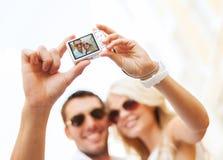 Διακινούμενο ζεύγος που παίρνει την εικόνα φωτογραφιών με τη κάμερα Στοκ φωτογραφία με δικαίωμα ελεύθερης χρήσης