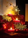 Διακοσμήσεις για τα Χριστούγεννα: αστέρια, φω'τα, κεριά και σφαίρες Στοκ Φωτογραφία