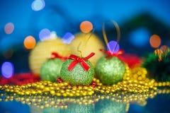Διακοσμήσεις και σφαίρες χριστουγεννιάτικων δέντρων Στοκ Εικόνες