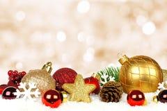 Διακοσμήσεις Χριστουγέννων με το αστράφτοντας υπόβαθρο Στοκ Εικόνες