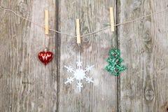 Διακοσμήσεις Χριστουγέννων σε ένα σχοινί Στοκ Εικόνες