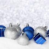 Διακοσμήσεις Χριστουγέννων στο χιόνι Στοκ Εικόνες