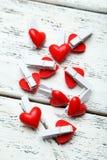 Διακοσμητική αγάπη clothespins στο άσπρο ξύλινο υπόβαθρο Στοκ εικόνα με δικαίωμα ελεύθερης χρήσης