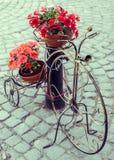 Διακοσμητικό ποδήλατο με τα δοχεία λουλουδιών Στοκ Εικόνα