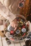 Διακόσμηση του σπιτιού για τα Χριστούγεννα Στοκ Εικόνες
