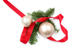 Διακόσμηση Χριστουγέννων με κόκκινη κορδέλλα και δύο σφαίρες Στοκ φωτογραφίες με δικαίωμα ελεύθερης χρήσης