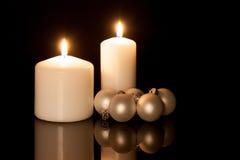 Διακόσμηση Χριστουγέννων με τα κεριά και τις σφαίρες Στοκ εικόνα με δικαίωμα ελεύθερης χρήσης