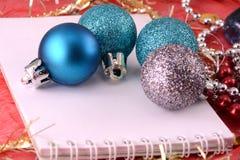 Διακόσμηση Χριστουγέννων με τα μαργαριτάρια, νέα κάρτα έτους Στοκ εικόνα με δικαίωμα ελεύθερης χρήσης