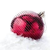 Διακόσμηση Χριστουγέννων με το κόκκινα μπιχλιμπίδι και το χιόνι (με το εύκολο remova Στοκ Εικόνα