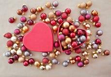 Διαμορφωμένο καρδιά κιβώτιο με τα μπιχλιμπίδια Χριστουγέννων Στοκ φωτογραφία με δικαίωμα ελεύθερης χρήσης