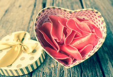 Διαμορφωμένο καρδιά κιβώτιο δώρων με το λουλούδι. Στοκ Εικόνες