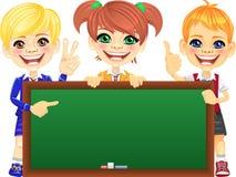 Διανυσματικά ευτυχή παιδιά χαμόγελου με τον πίνακα εμβλημάτων Στοκ Εικόνες
