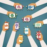 Διανυσματική έννοια της κινητής στιγμιαίας συνομιλίας αγγελιοφόρων με τα χέρια smartphones και τα υπερεμφανιζόμενα πλαίσια διαλόγ Στοκ εικόνα με δικαίωμα ελεύθερης χρήσης