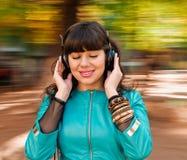 Διασκέδαση με τα ακουστικά μουσικής Στοκ Φωτογραφίες