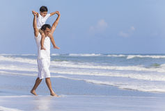 Διασκέδαση οικογενειακών παραλιών παιδιών αγοριών γονέα πατέρων Στοκ εικόνα με δικαίωμα ελεύθερης χρήσης