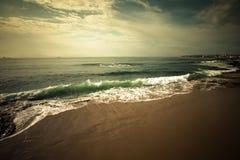 Διαταραγμένος ωκεανός στην προκυμαία Εστορίλ Πορτογαλία Στοκ Εικόνα