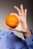 Διατροφή και υγιεινή διατροφή Πορτοκάλι στο αρσενικό χέρι Στοκ φωτογραφία με δικαίωμα ελεύθερης χρήσης