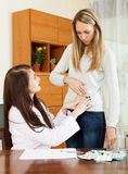 Διατύπωση παραπόνων γυναικών για τον πόνο στην πλευρά στο γιατρό Στοκ Εικόνα