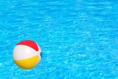 Διογκώσιμη σφαίρα στην πισίνα Στοκ Φωτογραφία