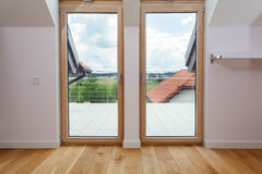 Διπλή πόρτα σε ένα πεζούλι Στοκ εικόνες με δικαίωμα ελεύθερης χρήσης