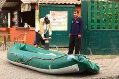 Διόγκωση μιας λαστιχένιας βάρκας σε Banos, Ισημερινός Στοκ Φωτογραφίες