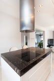 Δονούμενο εξοχικό σπίτι - κουζίνα countetop Στοκ Εικόνες