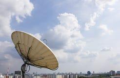Δορυφορικό πιάτο για τις τηλεπικοινωνίες Στοκ Εικόνες