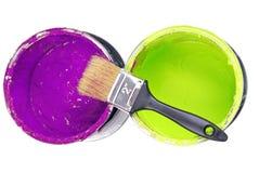 Δοχεία και πινέλο χρωμάτων Στοκ εικόνα με δικαίωμα ελεύθερης χρήσης