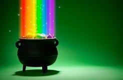 Δοχείο του χρυσού: Θησαυρός Leprechaun με το ουράνιο τόξο και μαγικός Στοκ Εικόνα